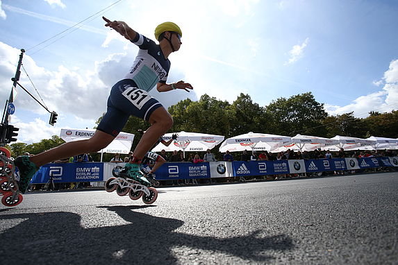 Thrilling race between the elite German skaters at the BMW BERLIN MARATHON for Inlineskaters